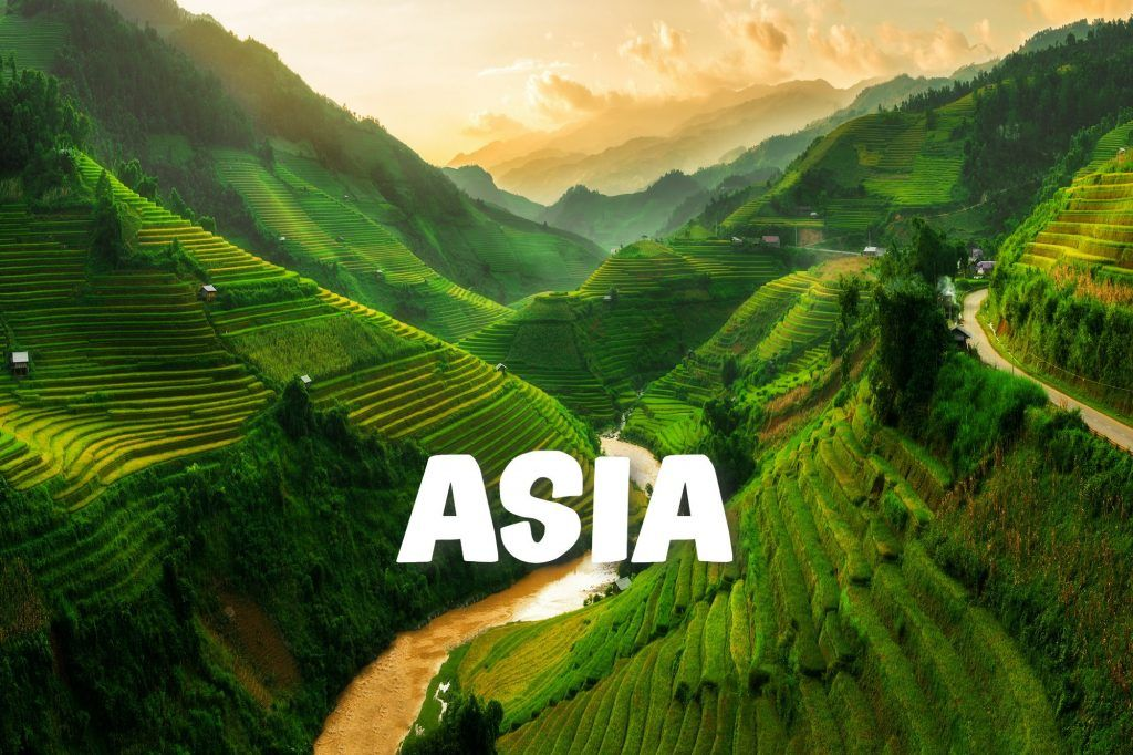 Terrazas de arroz en Asia, con un río a lo largo de un valle