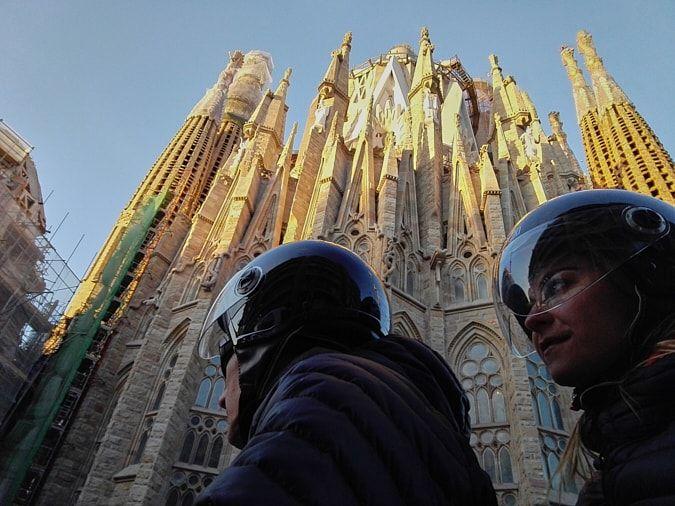 alicja y alejandro en moto-sharing con la sagrada familia de barcelona al fondo