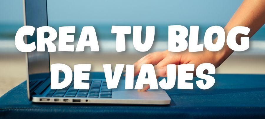 portatil con la playa de fondo y una mano en el teclado