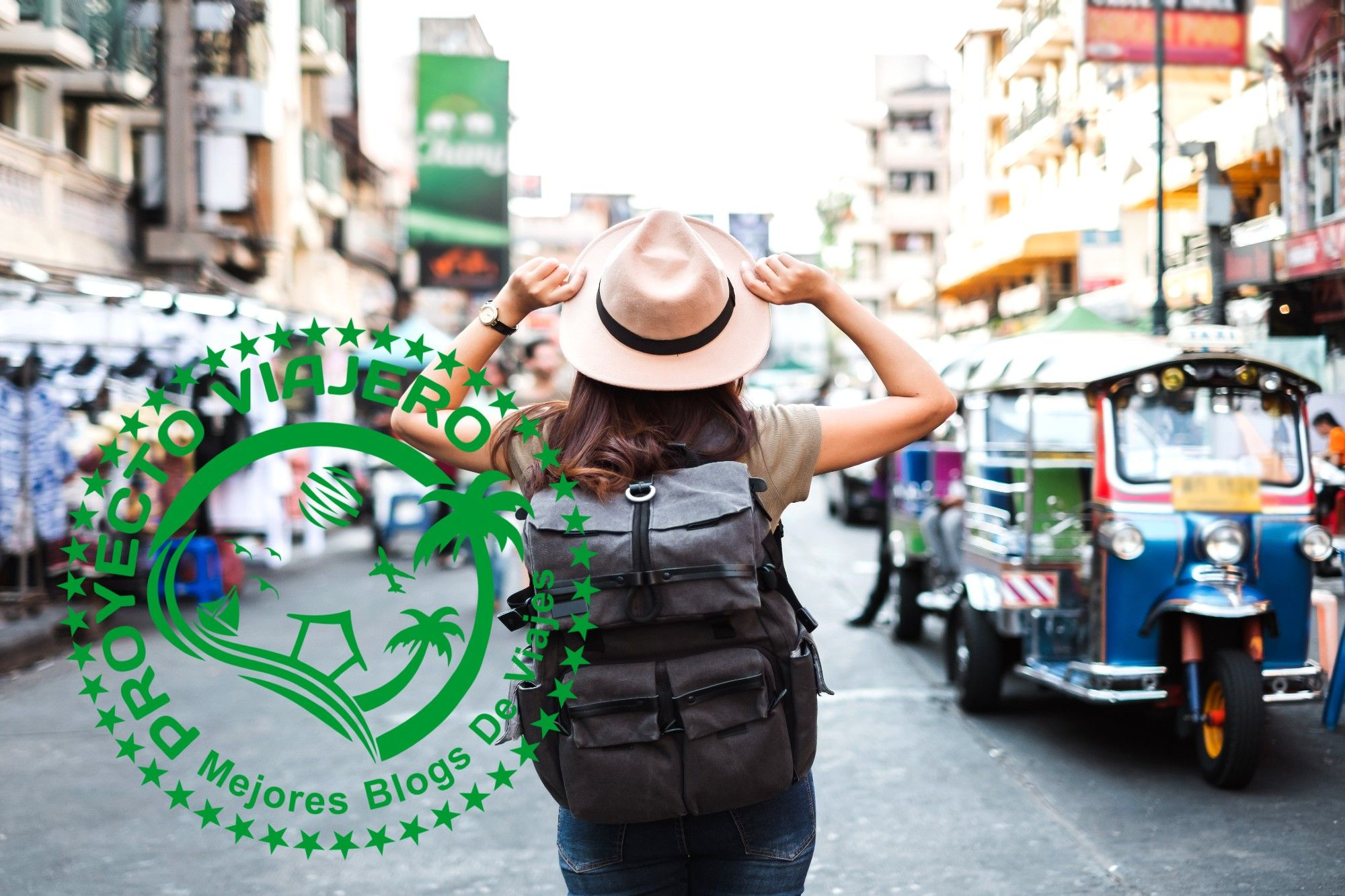chica con sombrero y mochila de viaje mirando hacia la calle en Camboya. En la imagen hay un sello de proyecto viajero con el nombre y los mejores blogs de viajes