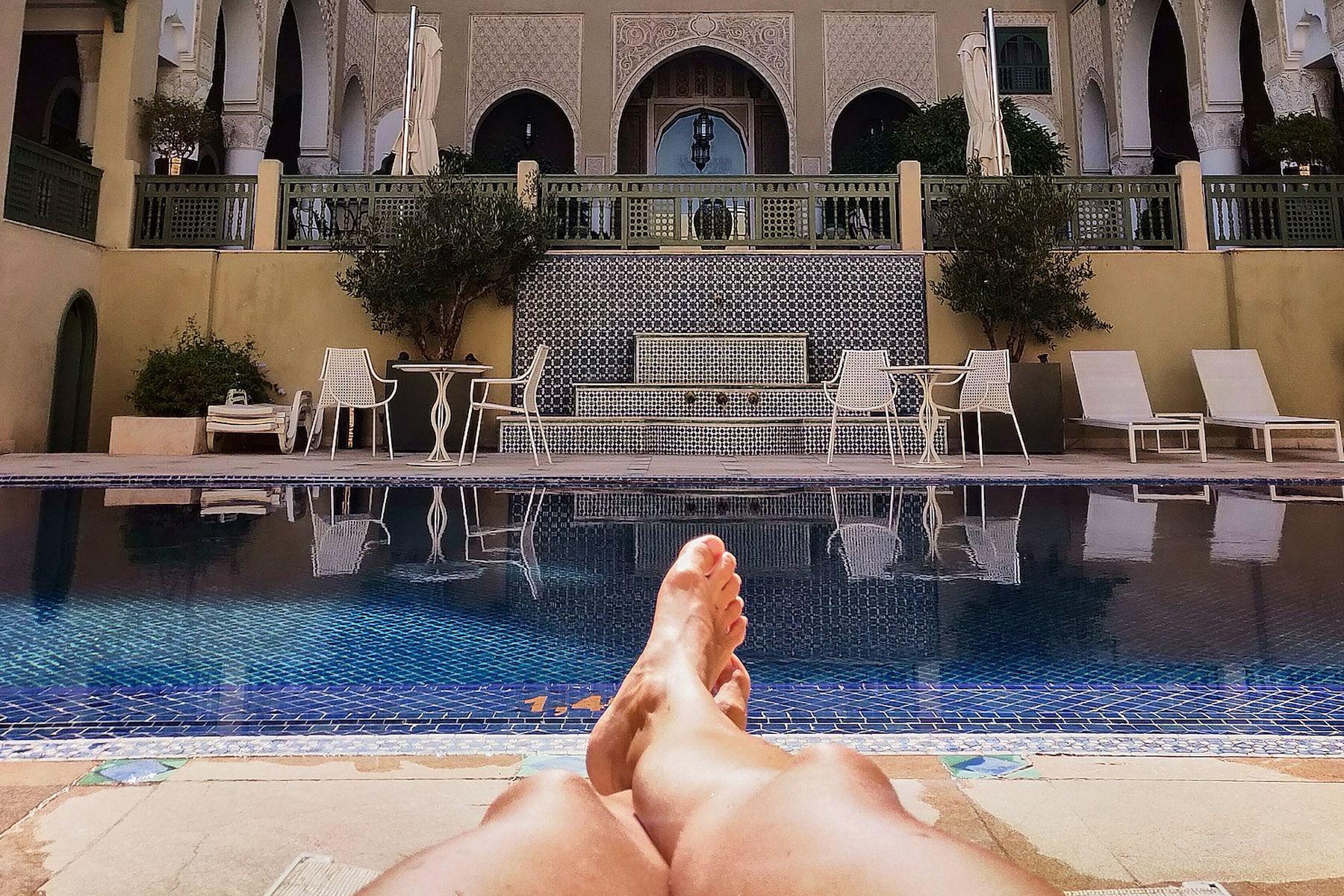 piernas de alicja en una piscina de ensueño