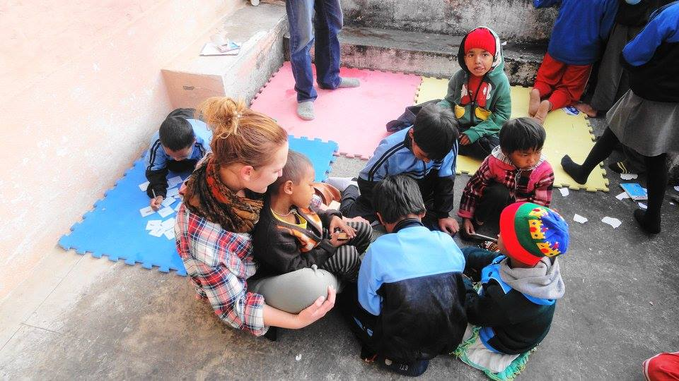 grupo de niños aprendiendo con la profesora