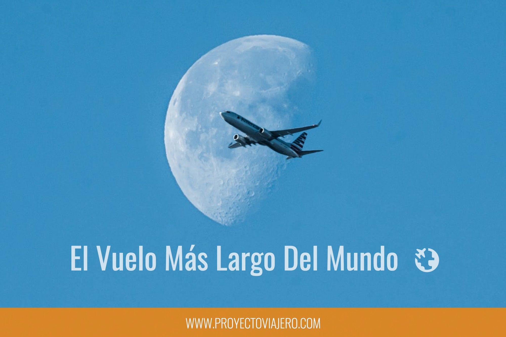 avión cruzando el cielo con la luna espectacular de fondo